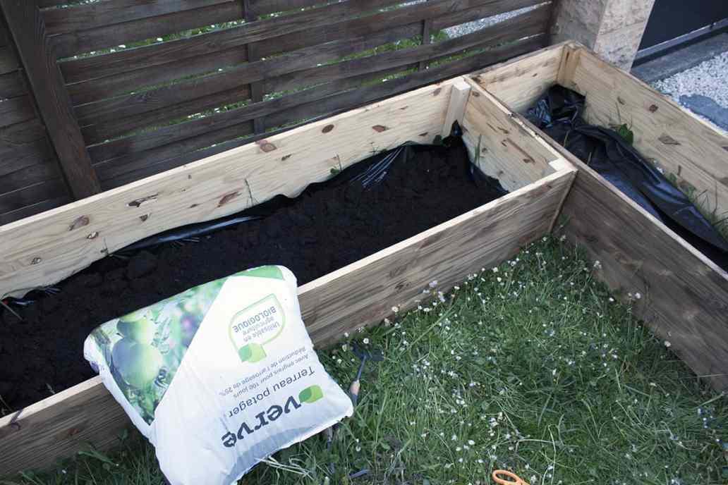 terreau potager dans carre potager jardin - Apprendre à fabriquer un carré potager autour d'un DIY