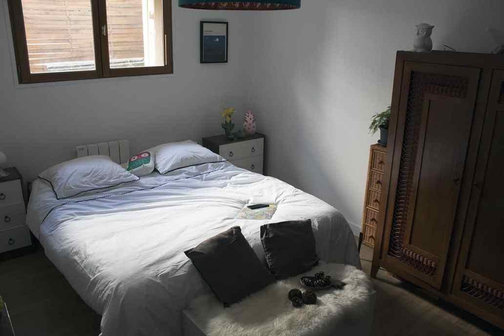 chambre avec un linge de lit blanc avec touche de noir - J'ai testé pour vous le linge de lit blanc avec La Compagnie du Blanc