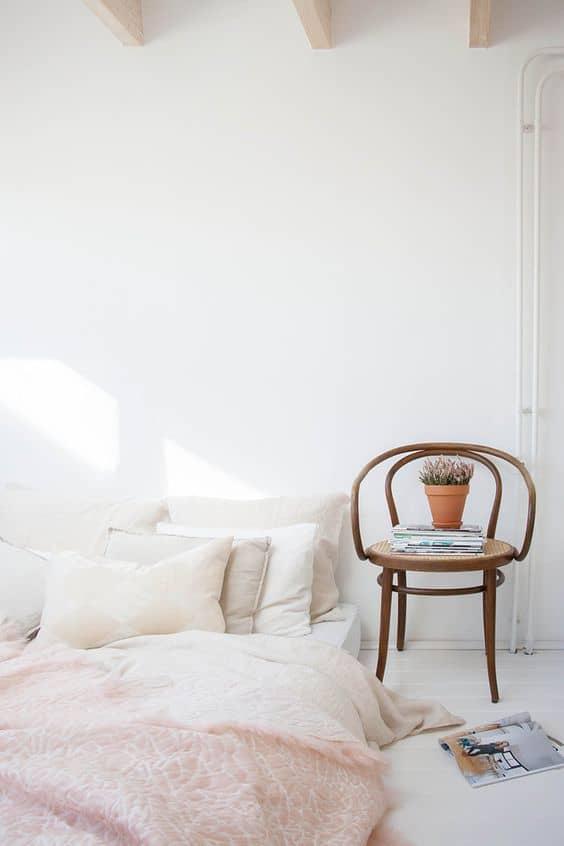 un matela au sol dans une petite chambre  - 6 règles à suivre pour réussir la déco d'une petite chambre