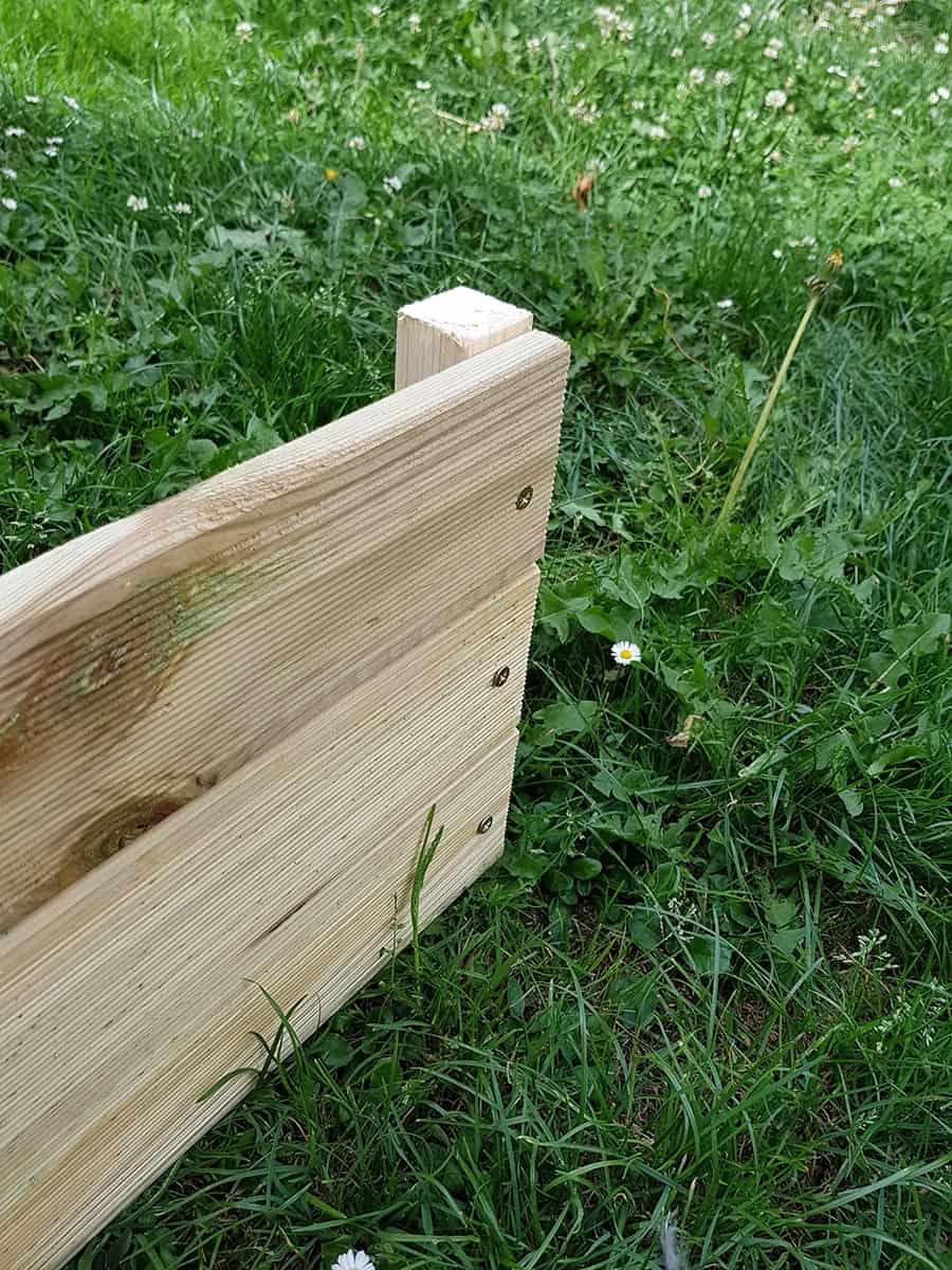 finalisation dun des cote de la jardiniere - DIY : fabriquer une jardinière en bois pour le jardin