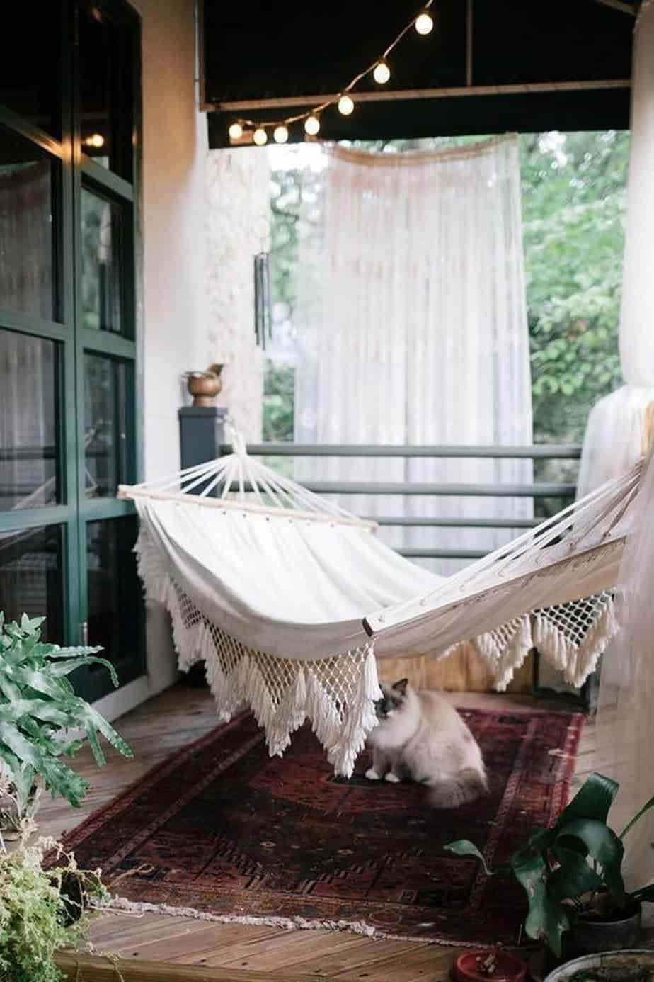 Afordable Summer Balcony Decoration 13 - Des astuces pour cacher le vis-à-vis sur le balcon sans se ruiner