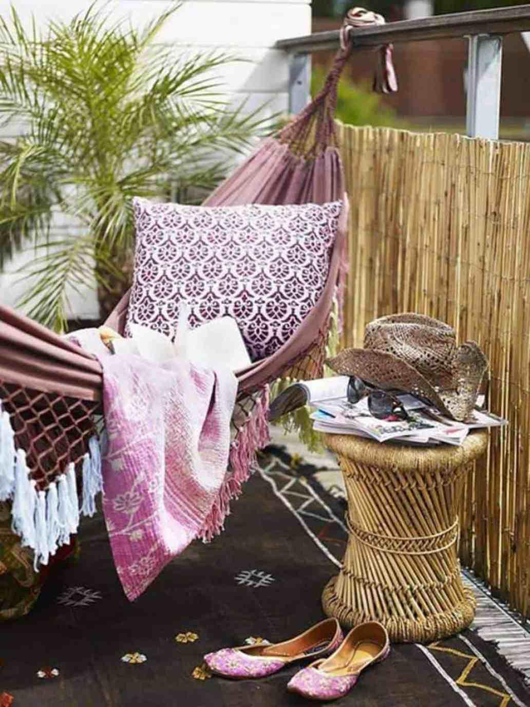 un balcon deco esprit boheme chic 5381849 1536x2048 - Des astuces pour cacher le vis-à-vis sur le balcon sans se ruiner