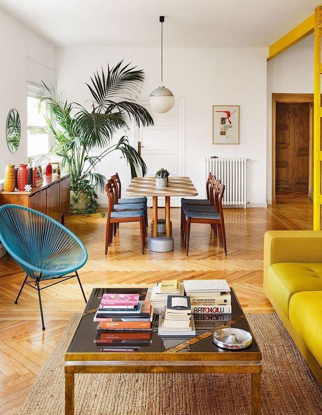 Un fauteuil Acapulco bleu dans un salon retro - Comment aménager un séjour tout en longueur ?