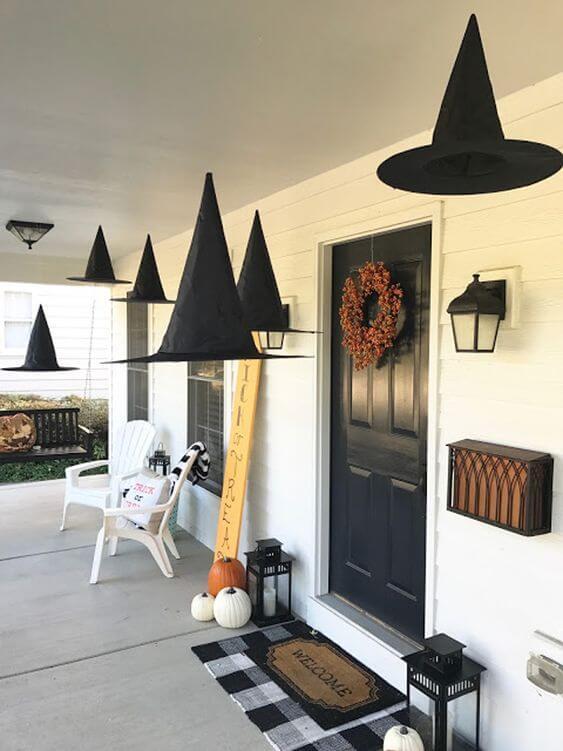 deco porte halloween avec chapeau de sorciere - 12 idées pour décorer la porte à Halloween