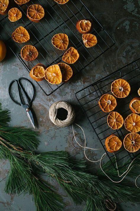orange séchées et branche de sapin  - Zoom sur la tendance Noël Green et zéro déchet