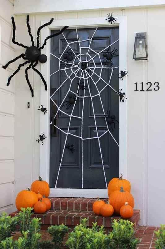 porte décorée pour halloween avec toile daraignee et citrouille - 12 idées pour décorer la porte à Halloween