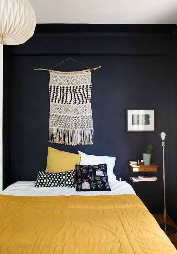 Chambre à la déco brésilienne bleu nuit et jaune - La déco du Brésil : un style tropical mêlé à une ambiance bohème