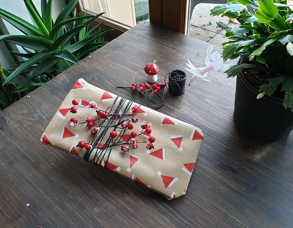 emballages cadeaux zéro déchets avec fil noir et baies rouges - 7 idées d'emballage cadeau zéro déchet faciles à reproduire