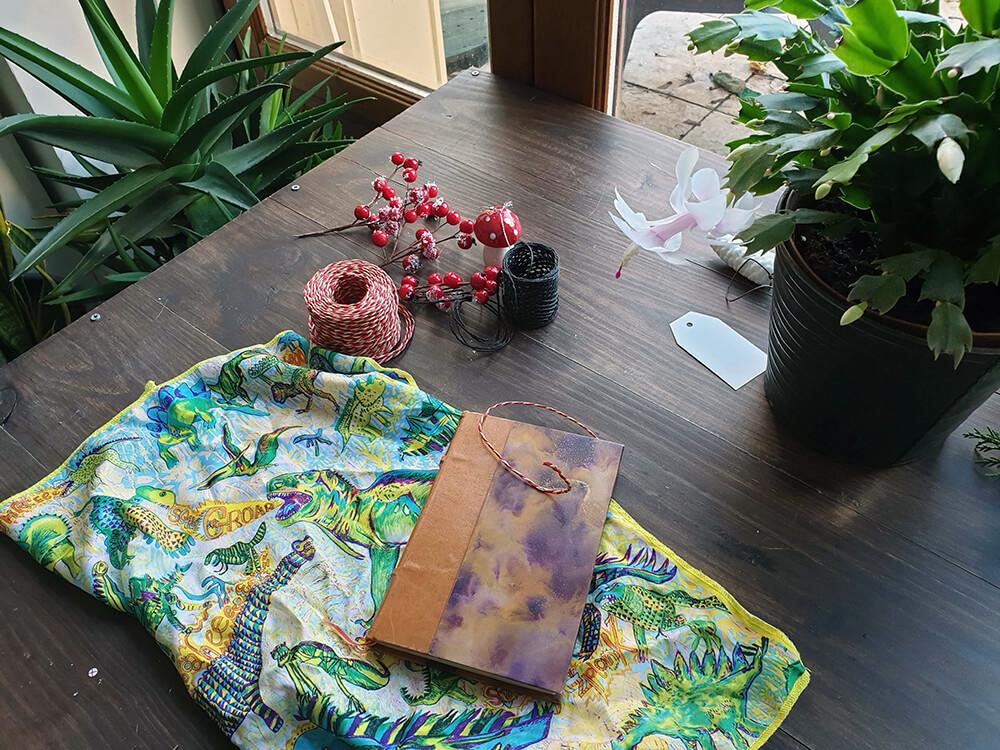 matériel nécessaire pour emballages cadeaux zéro déchet avec furoshiki - 7 idées d'emballage cadeau zéro déchet faciles à reproduire