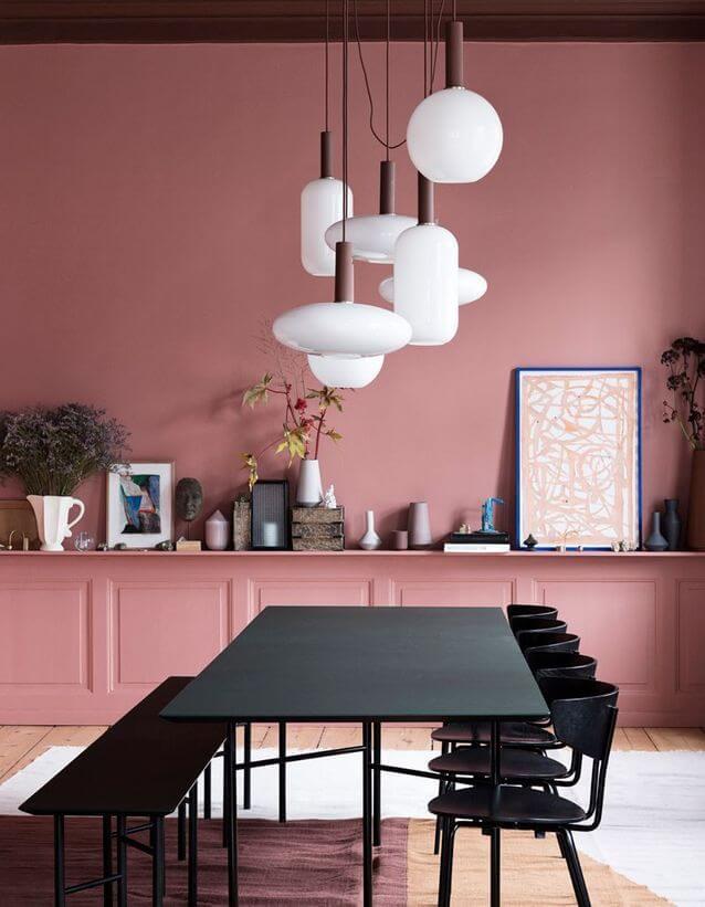 Un mur colore en rose saumon dans la salle à manger à la décoration féministe - Déco féministe : on craque pour le Girl Power