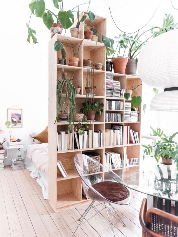 Une cloison étagère pour aménager le studio de vacances - Comment optimiser l'aménagement de son studio de vacances ?