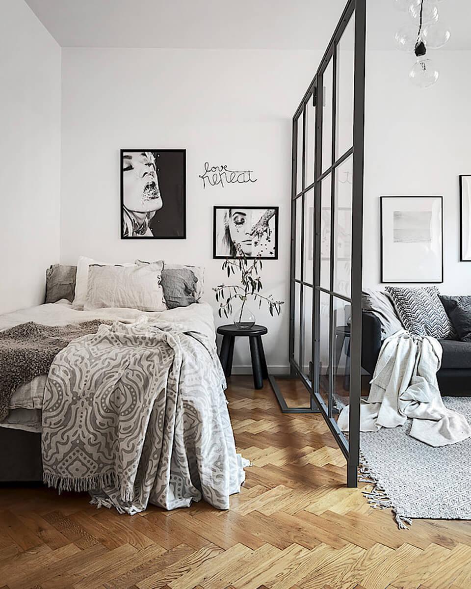 une chambre et sa verrière dans un studio - Comment optimiser l'aménagement de son studio de vacances ?