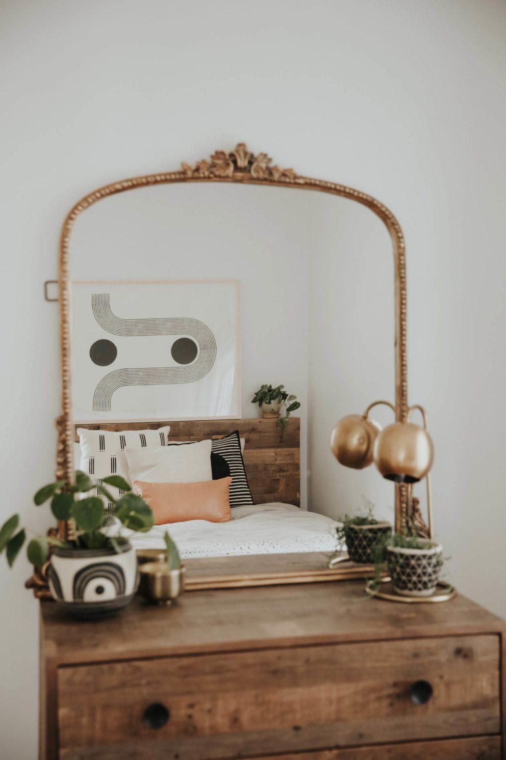 une commode en bois décorée avec un miroir et une lampe vintage 1365x2048 - Une déco vintage, mais pas ringarde !