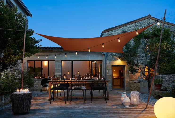 terrasse moderne avec voile dombrage  - Éclairer son extérieur en vue des barbecues d'été !