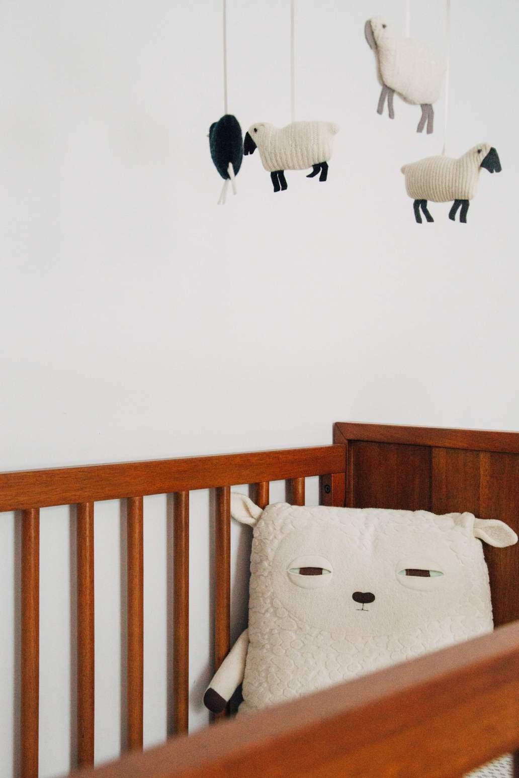 charles deluvio e1Q ZCzDuUQ unsplash 2 1365x2048 - Comment aménager une chambre pour enfant ?