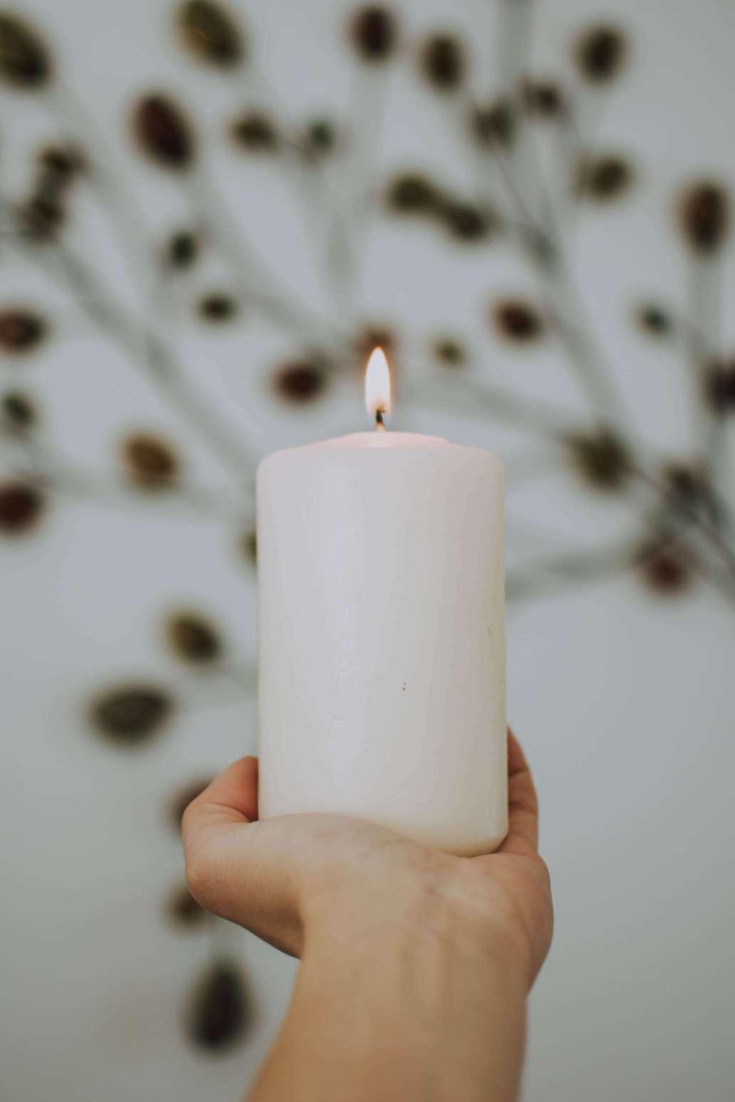 fotografierende QmQuOxLN6X0 unsplash 2 1365x2048 - Pourquoi choisir des bougies naturelles pour décorer la maison ?
