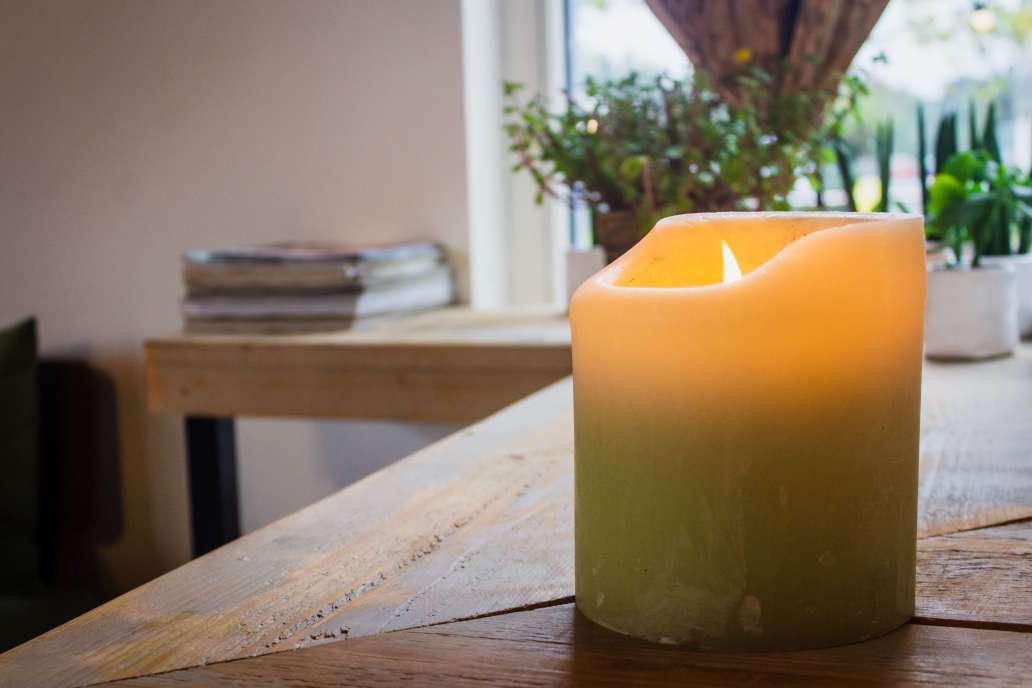 louis hansel shotsoflouis f7jXSUO9PM0 unsplash 2 2048x1366 - Pourquoi choisir des bougies naturelles pour décorer la maison ?