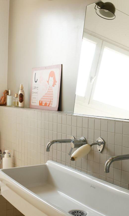salle de abin vintage avec un carrelage repeint 2 - Salle de bains ancienne : 8 astuces pour la rénover !