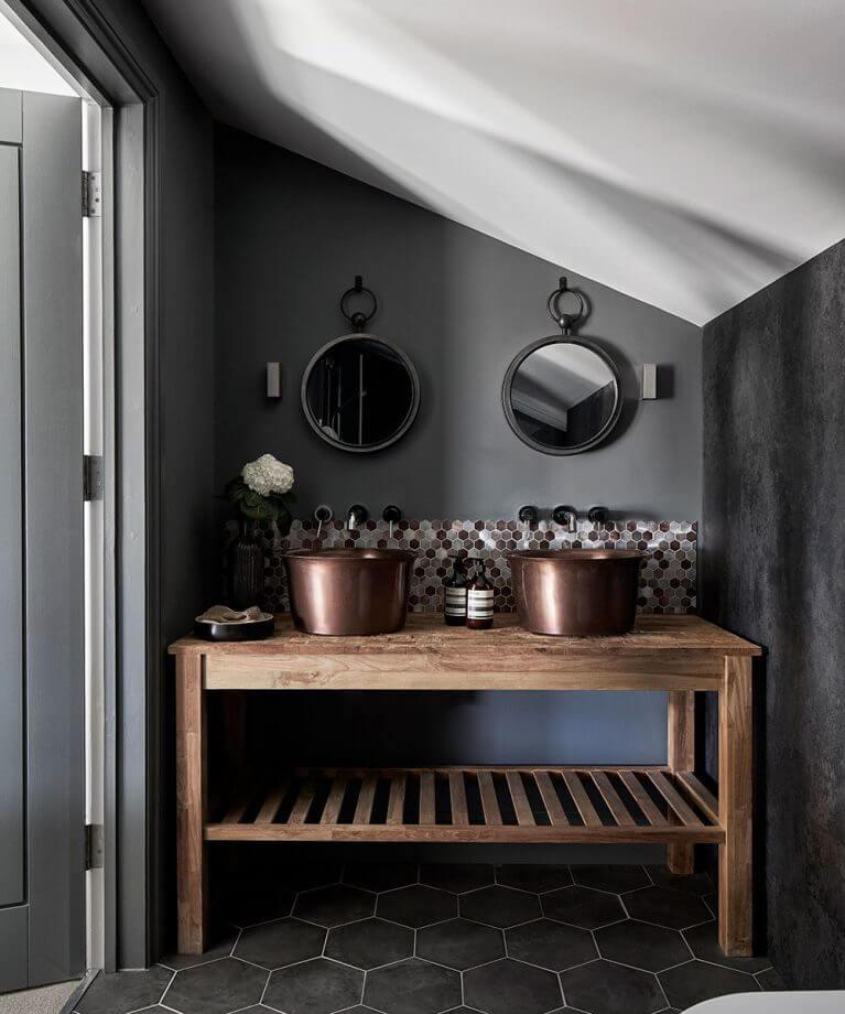 une salle de bains ancienne renovee dans un style plus design 2 - Salle de bains ancienne : 8 astuces pour la rénover !