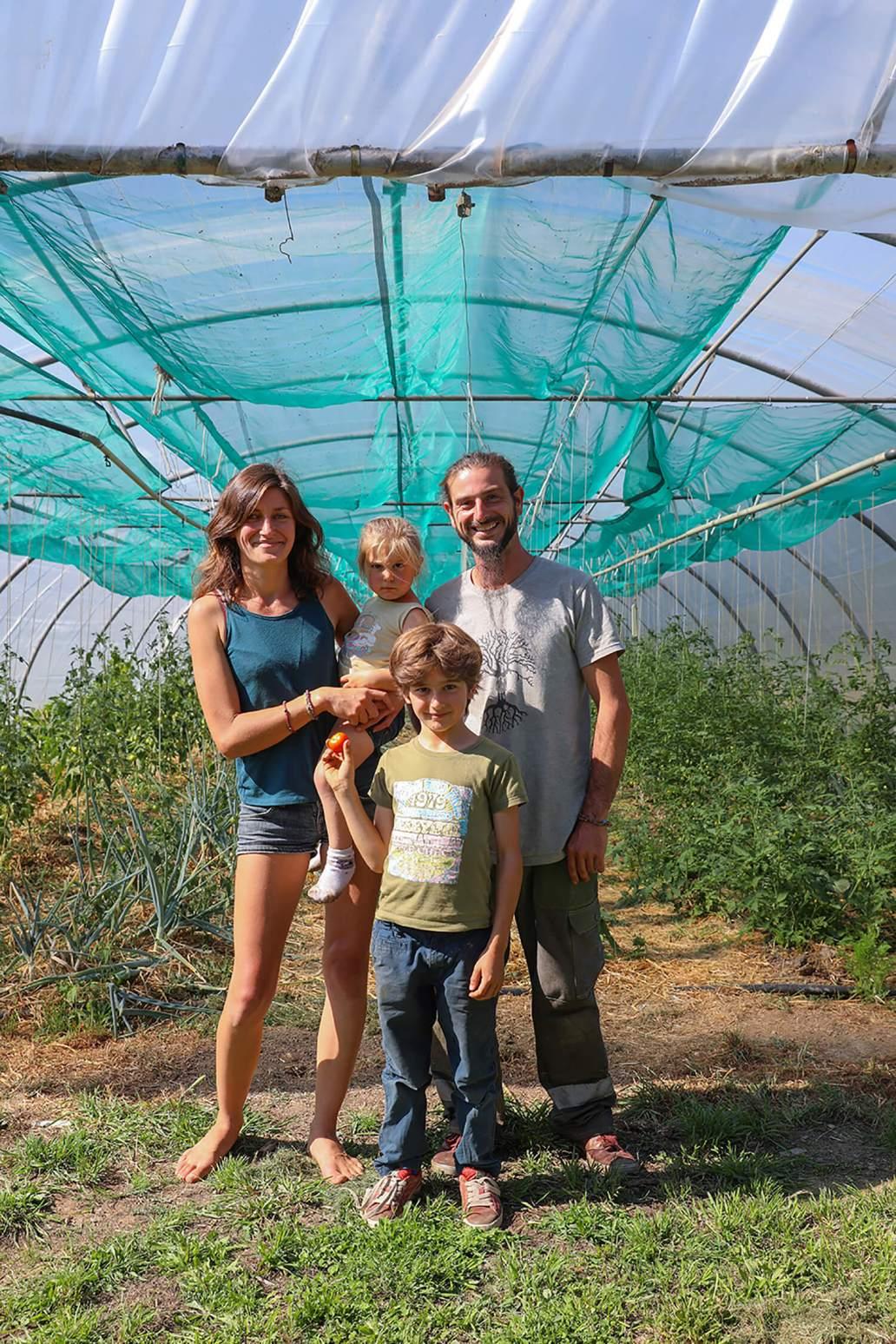 Jimmy Alex et les enfants devant leur serre 1365x2048 - Potage et Nature : une ode à la permaculture au coeur de la Bretagne