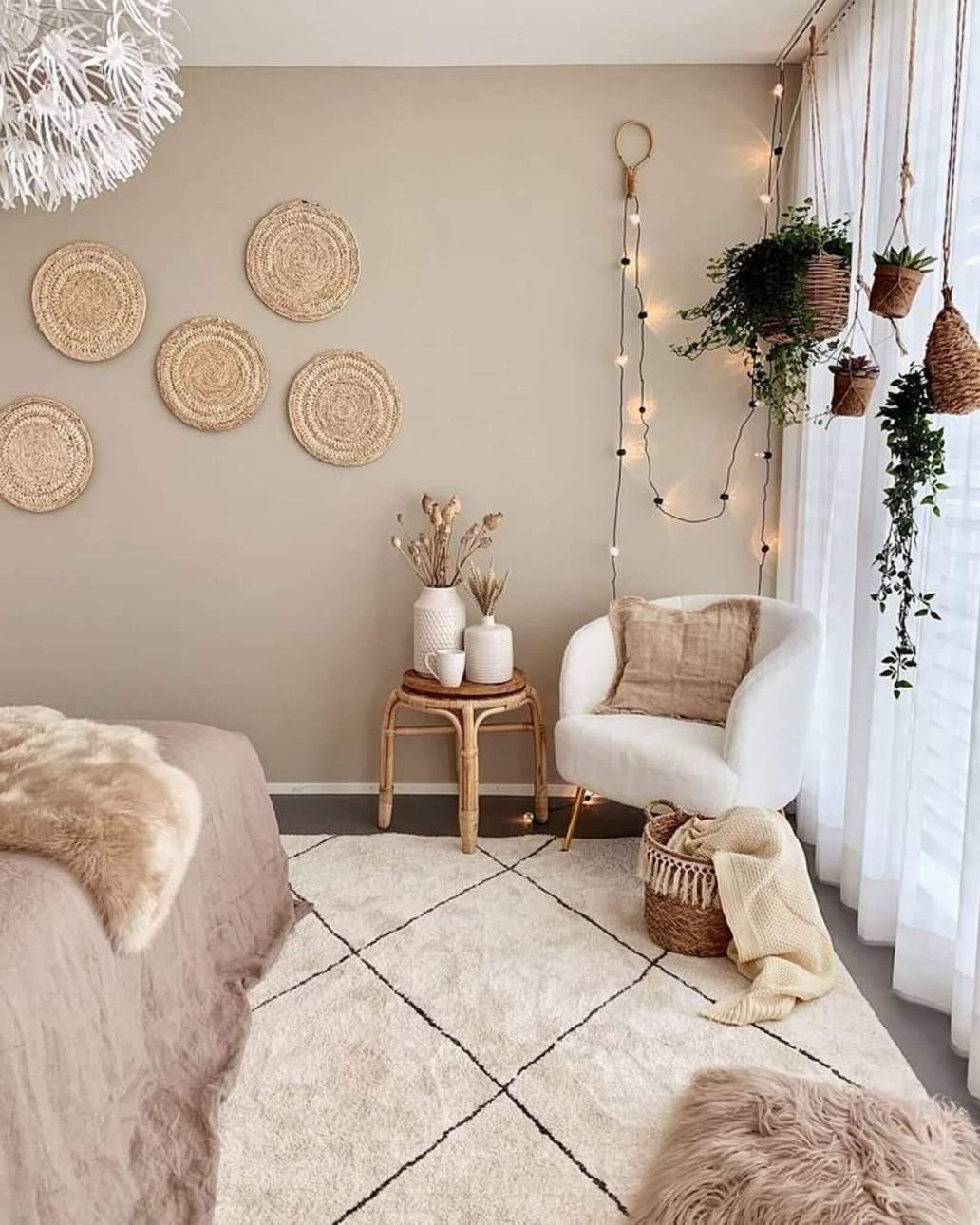 Une chambre aux tons beige decoree dans un style cosy - La guirlande LED : faire un geste pour la planète en soignant sa déco