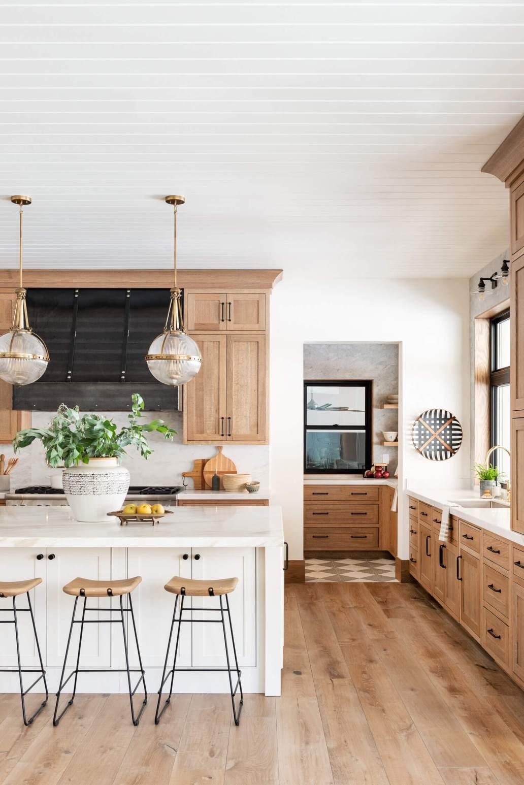 Une cuisine en bois fait par un cuisiniste  1367x2048 - Quels critères pour bien choisir son cuisiniste ?