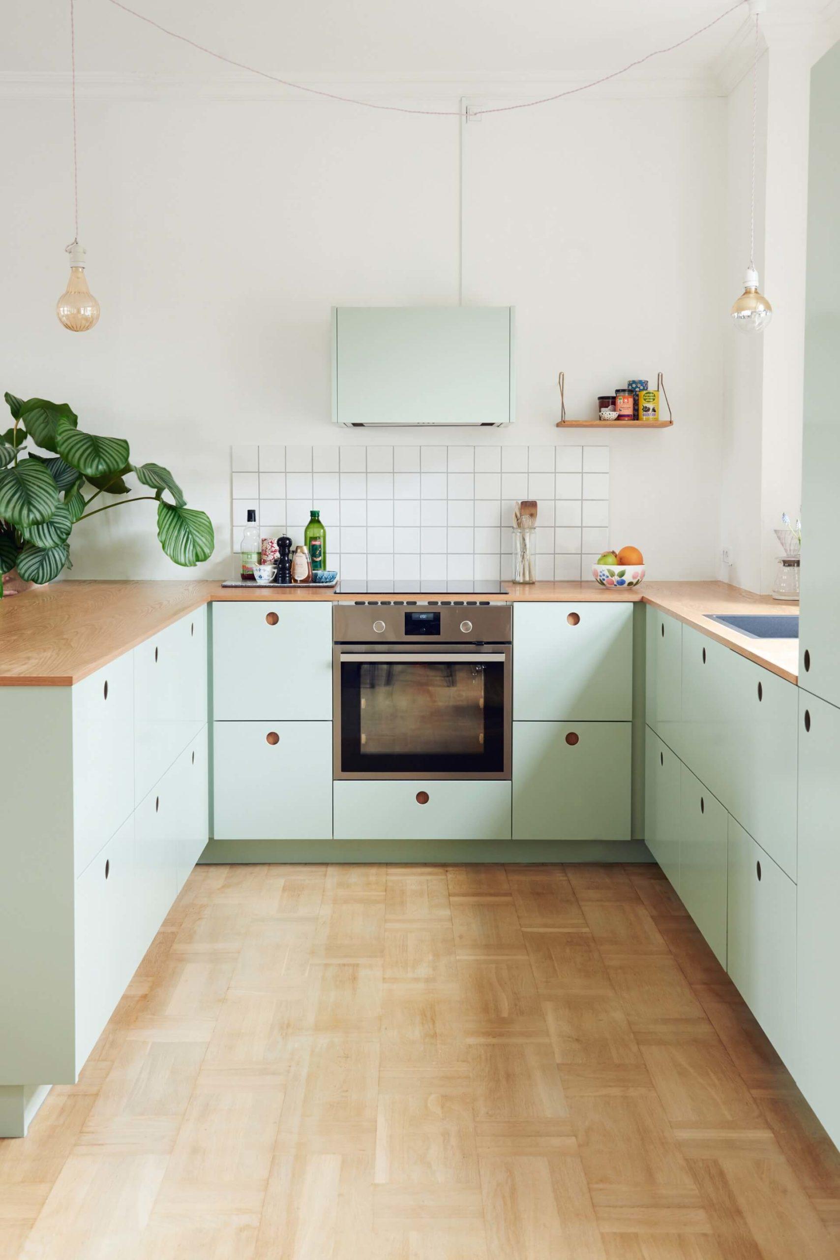Une cuisine past decoree dans un style scandinave scaled - Quels critères pour bien choisir son cuisiniste ?
