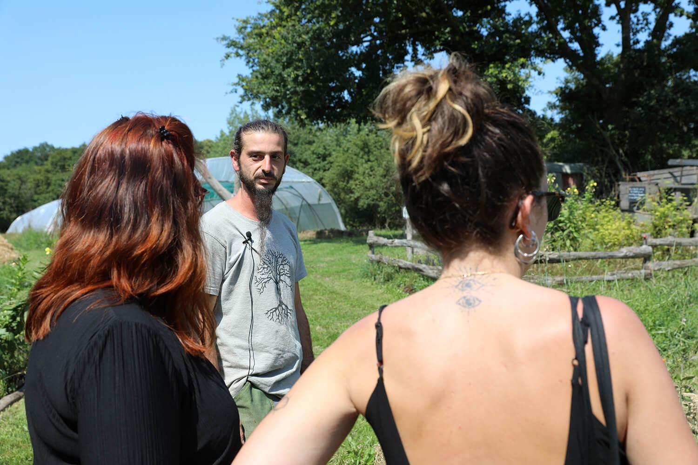 Viviane Georget parlant avec Jimmy de Potage et Nature  - Potage et Nature : une ode à la permaculture au coeur de la Bretagne