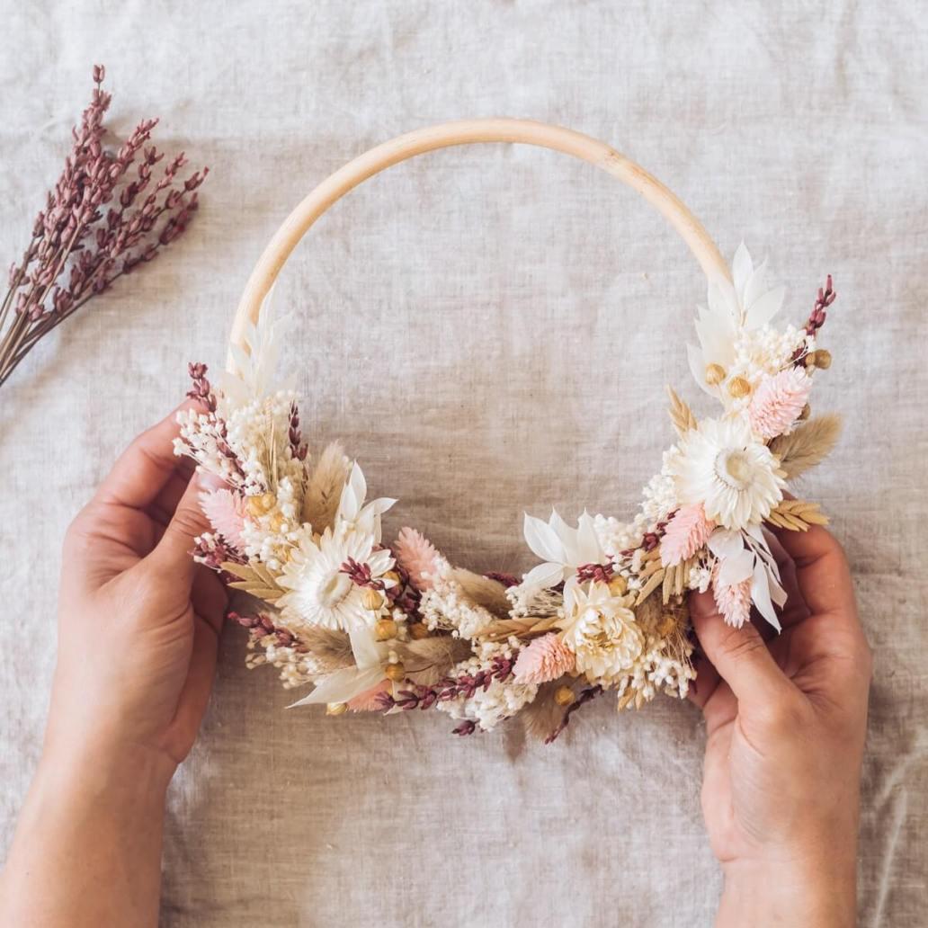 couronne de fleurs sechees murale - Laisser les fleurs séchées envahir la décoration