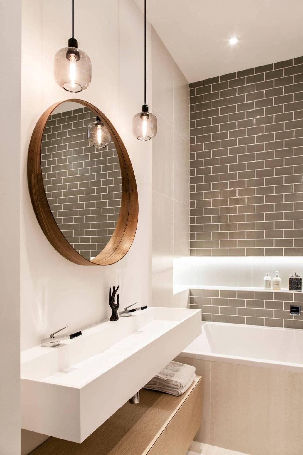 une salle de bain design en bois et couleurs naturelles - Comment optimiser le rangement dans la salle de bain ?