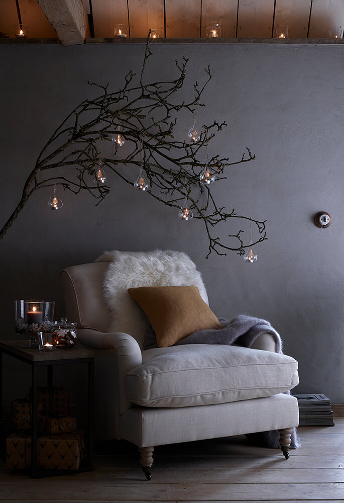 fauteuil cosy mur gris decoration de noel avec branches - Inspiration : comment faire une déco de Noël pas kitsch