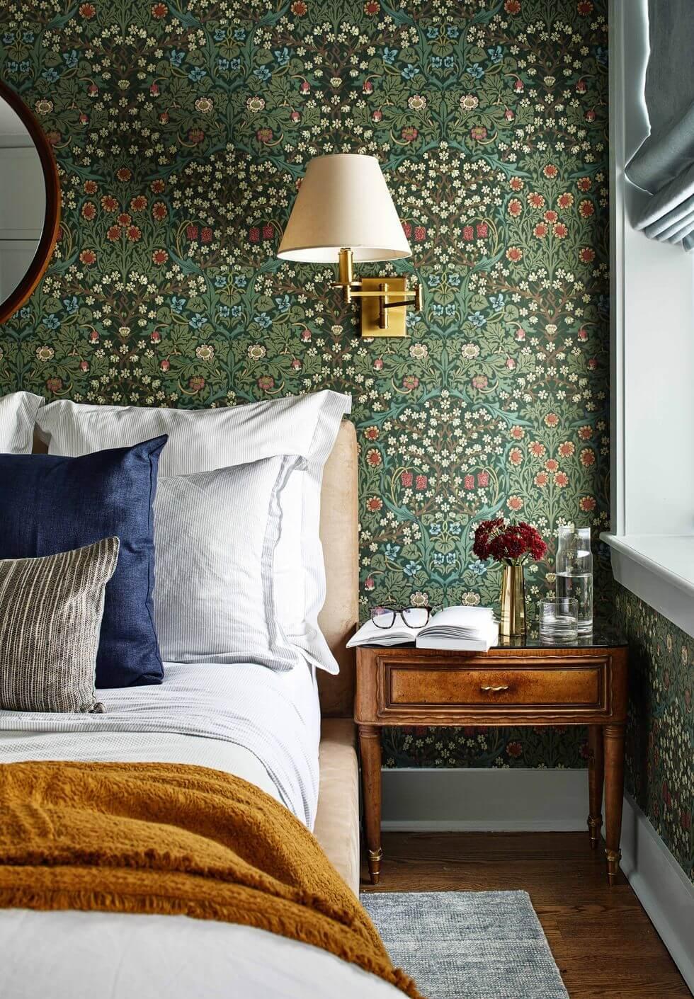 papier peint vert motifs floraux et vintage dans une chambre - Quel papier peint pour la chambre d'adulte ?