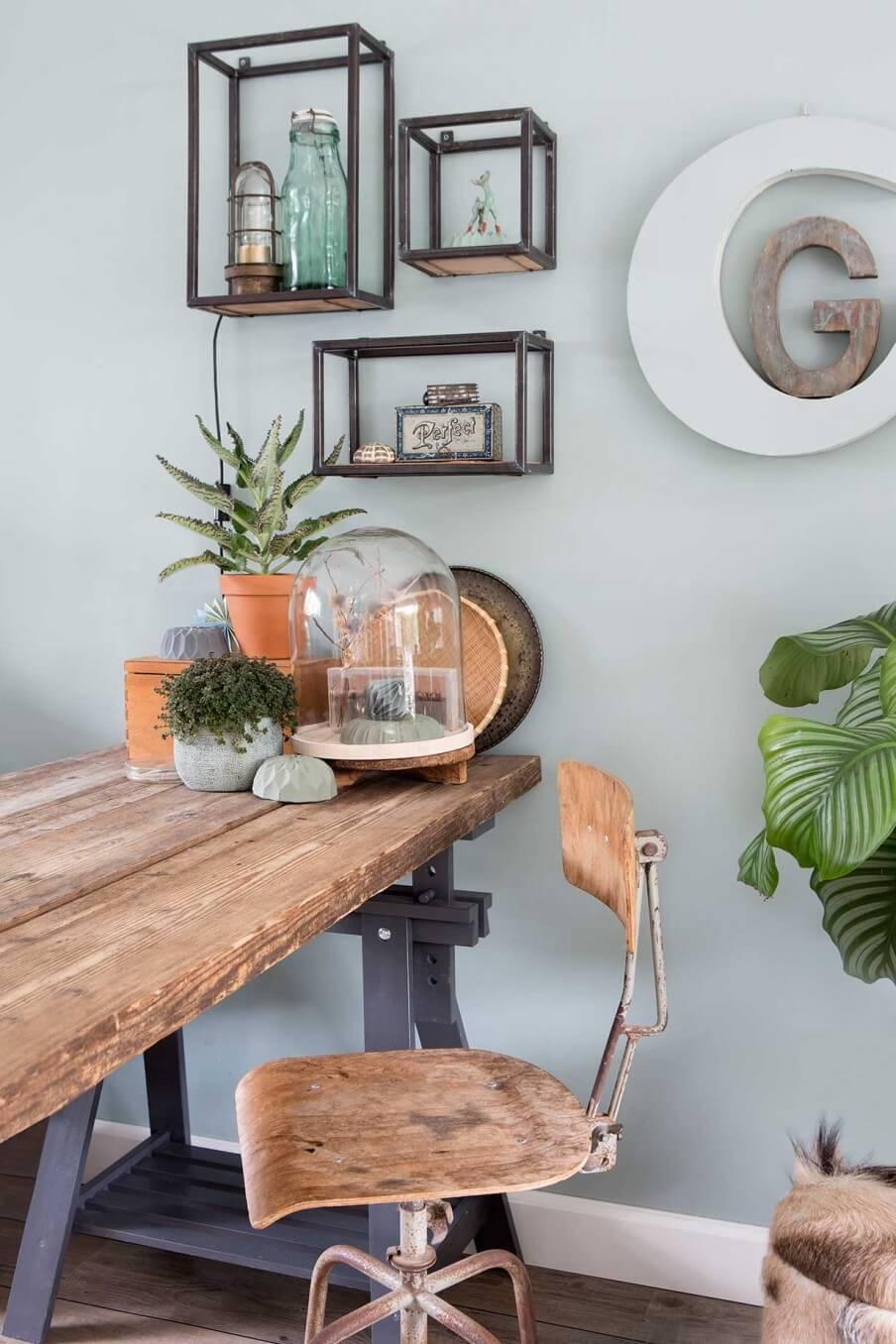 bureau bois ancien contre mur vert celadon - Comment aménager un coin bureau efficace à la maison?