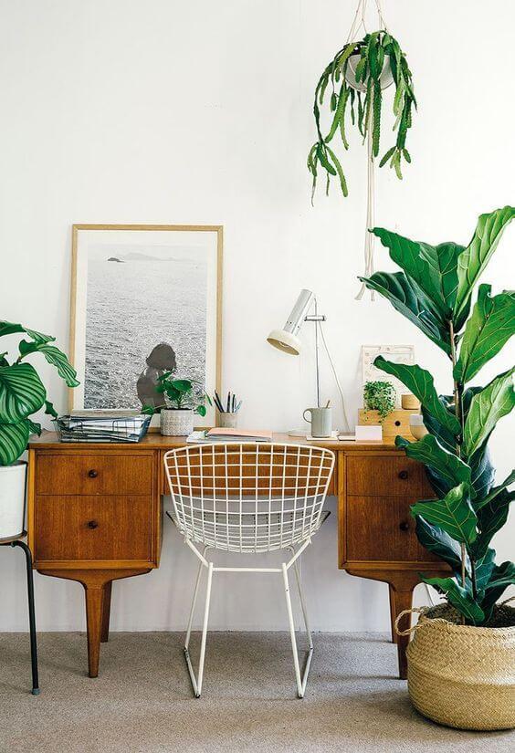 bureau bois chaise acier plante deco 2 - Tendances meubles et décoration 2021 : le grand décryptage
