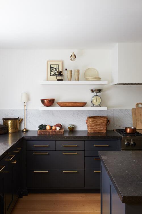 cuisine blanche avec meubles noirs et poignees dorees - L'irrésistible cuisine noire : une inspiration moderne et tendance