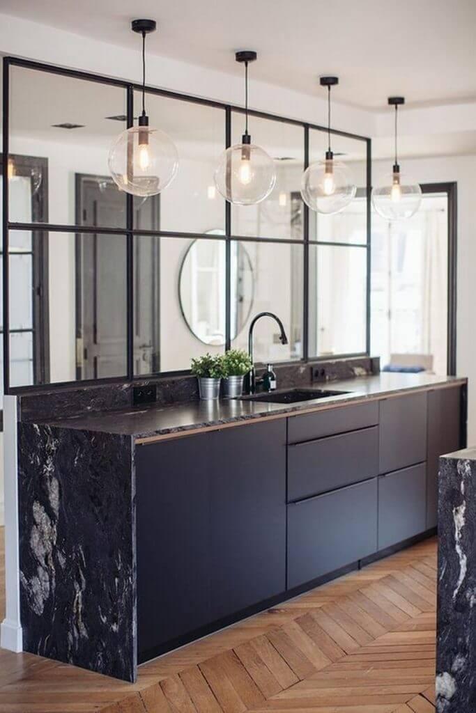 cuisine marbre avec meuble design parquet et verriere - L'irrésistible cuisine noire : une inspiration moderne et tendance