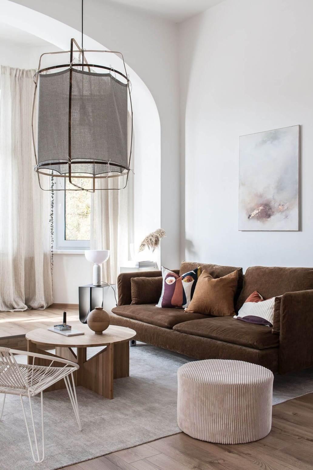 salon contemporain avec canape en velours et table basse en bois 6119474 - Tendances meubles et décoration 2021 : le grand décryptage