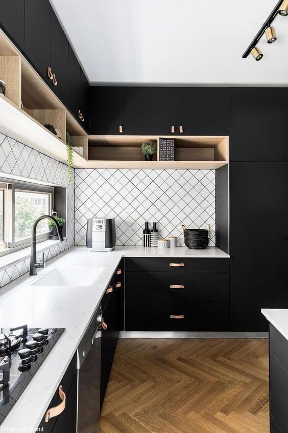 une cuisine graphique black and white avecsol en bois - L'irrésistible cuisine noire : une inspiration moderne et tendance