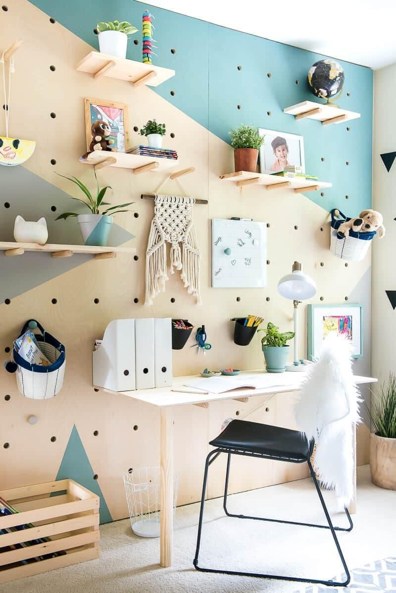 bureau avec mur pegboard 2 - Le pegboard : un panneau déco qui nous rend accroc