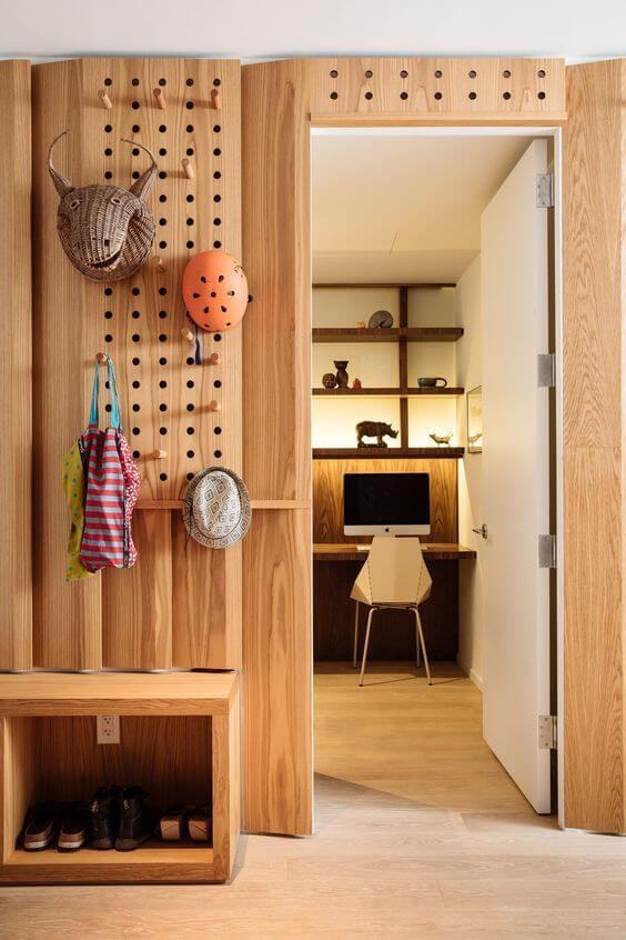 entre bois design avec porte manteau modulable - Le pegboard : un panneau déco qui nous rend accroc