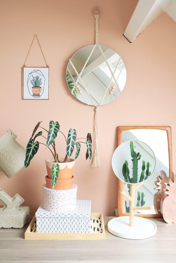 space optimized small apartment DIY macrame mirror 7 - Inspiration déco : 16 façons d'embellir les murs du salon