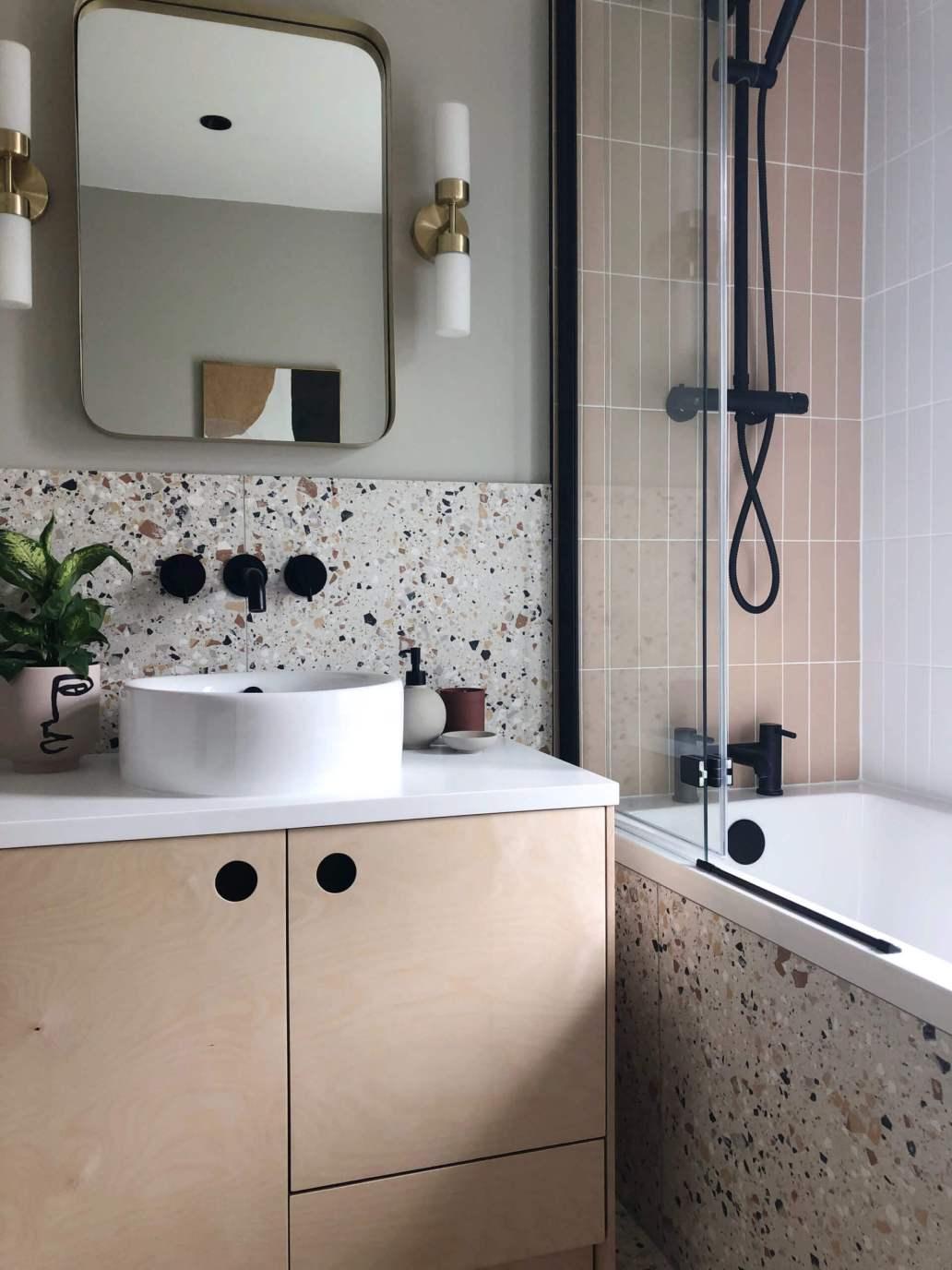 salle de bain moderne avec decoration terrazzo baignoire ou douche 1536x2048 - Douche ou baignoire, faire un choix pour la salle de bain