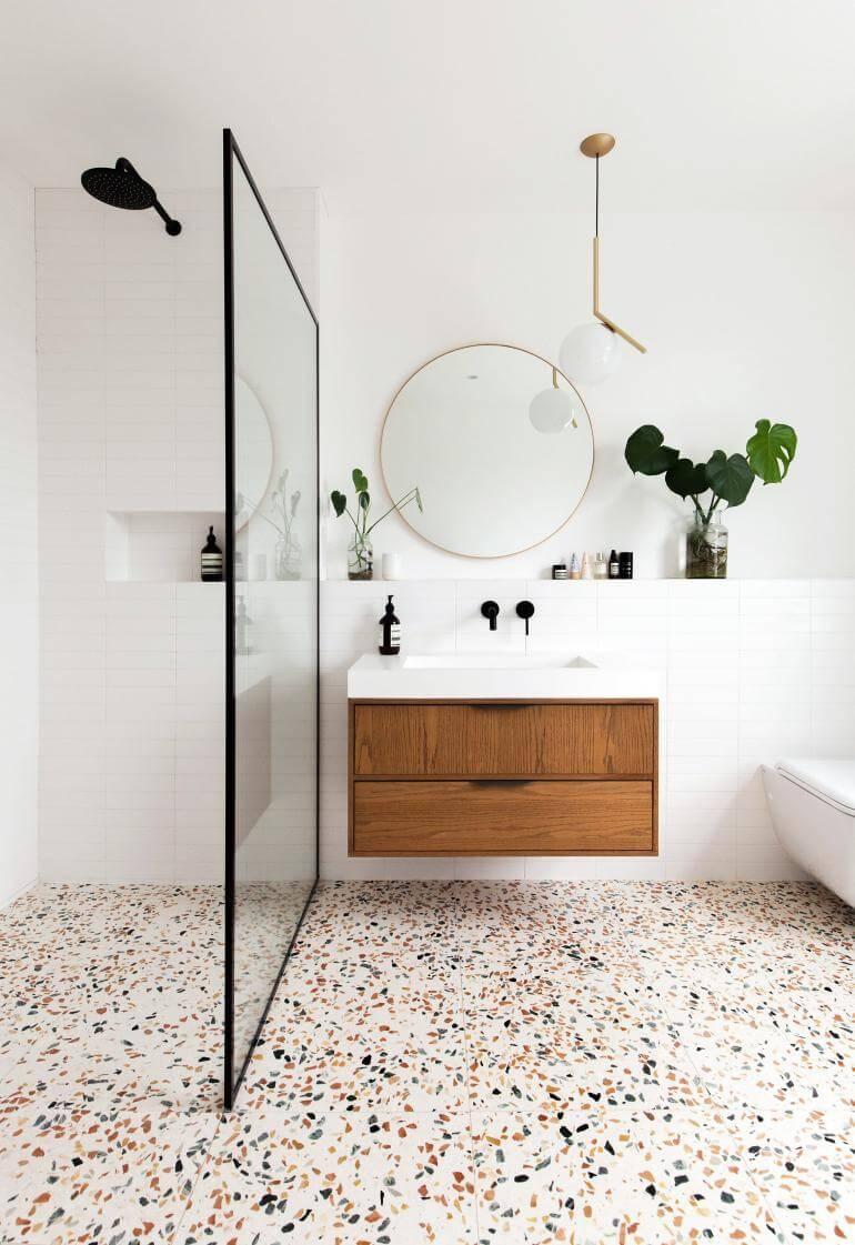 salle de bain moderne avec douche et sol terrazzo - Douche ou baignoire, faire un choix pour la salle de bain