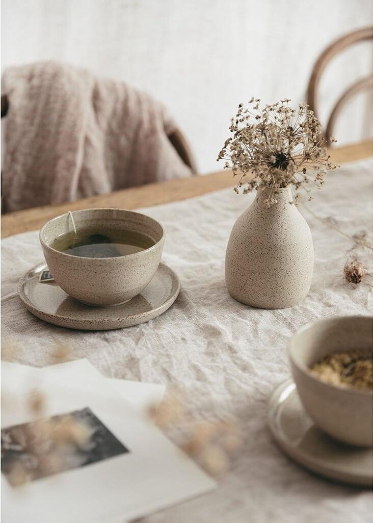 table avec fleur secher et centre de table en lin - Tendance Slow life : découvrir la décoration Slow living ou la Slow déco ?