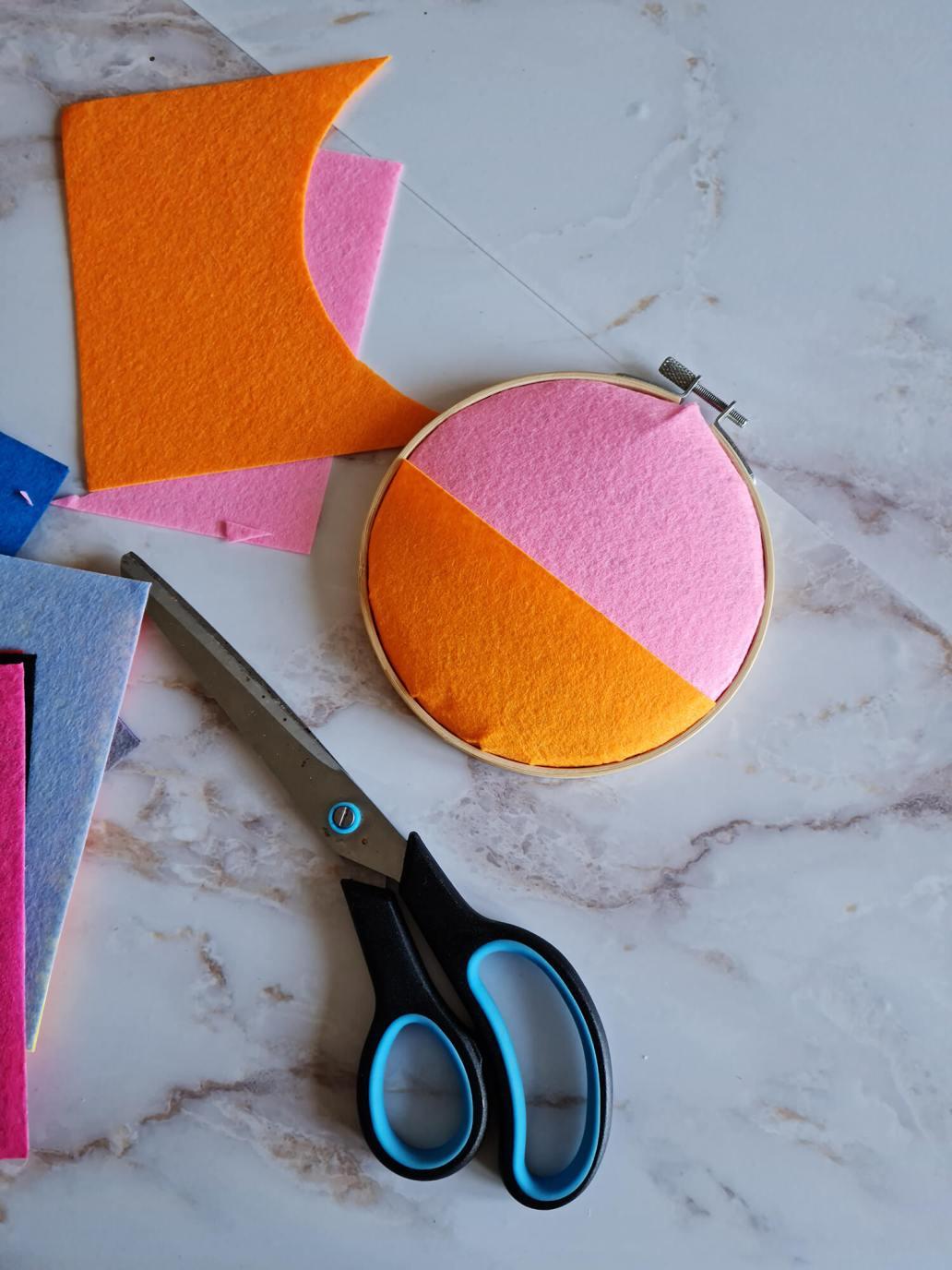 20210402 133647 - Fabriquer une petite décoration en feutre pour orner les murs de couleurs