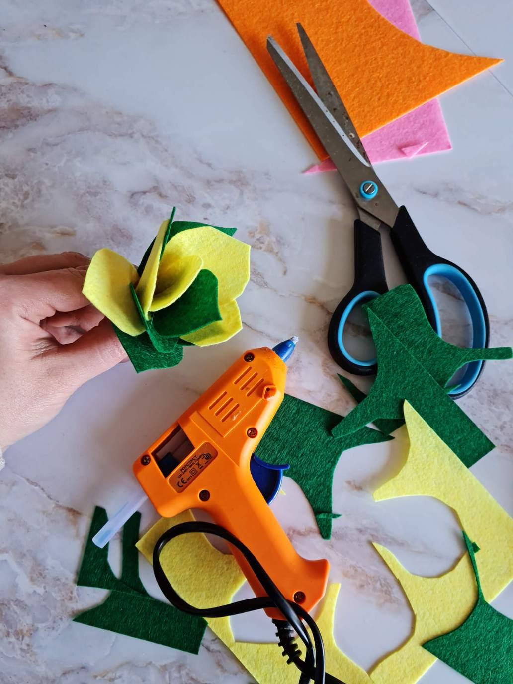 20210402 134645 - Fabriquer une petite décoration en feutre pour orner les murs de couleurs