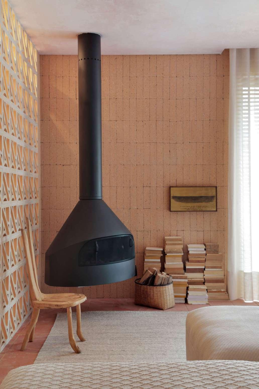 decoration hygge orange avec un poele a bois tres design 1365x2048 - Décoration Hygge : découvrez cette philosophie de vie venue du Danemark