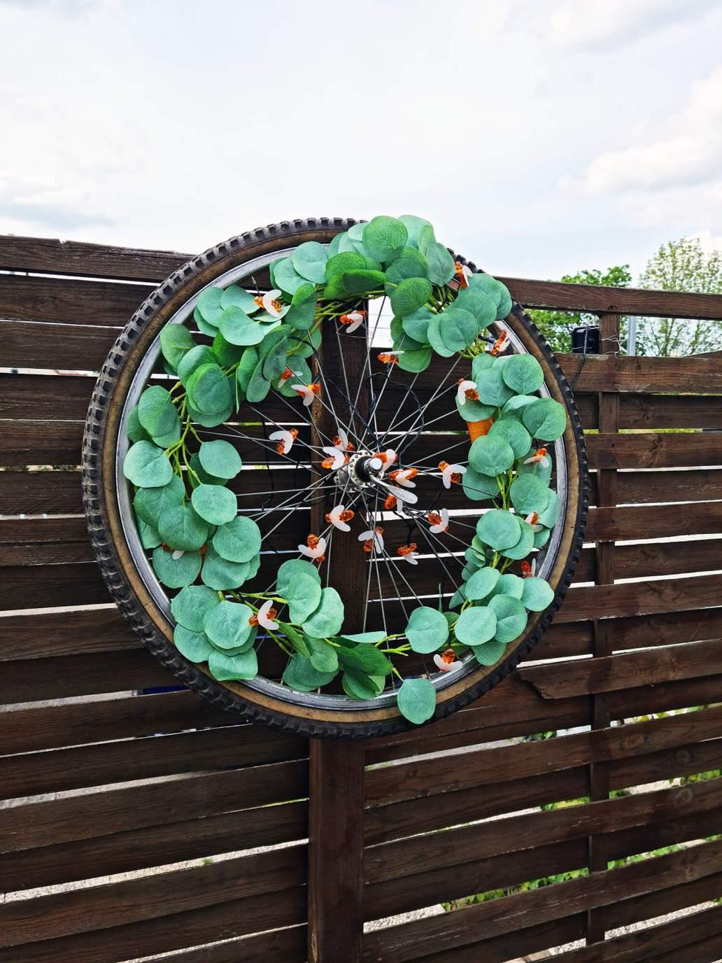20210507 174840 - DIY extérieur : fabriquer une décoration de jardin avec une roue de vélo