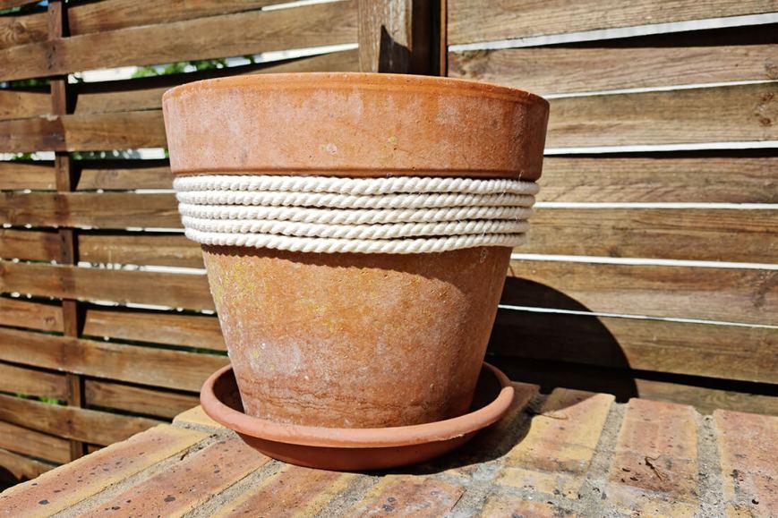 DIY jardin : ajouter de la douceur sur un pot de fleurs avec une corde