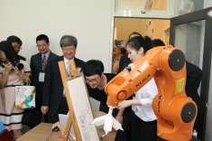部長參觀創意工場機器手臂